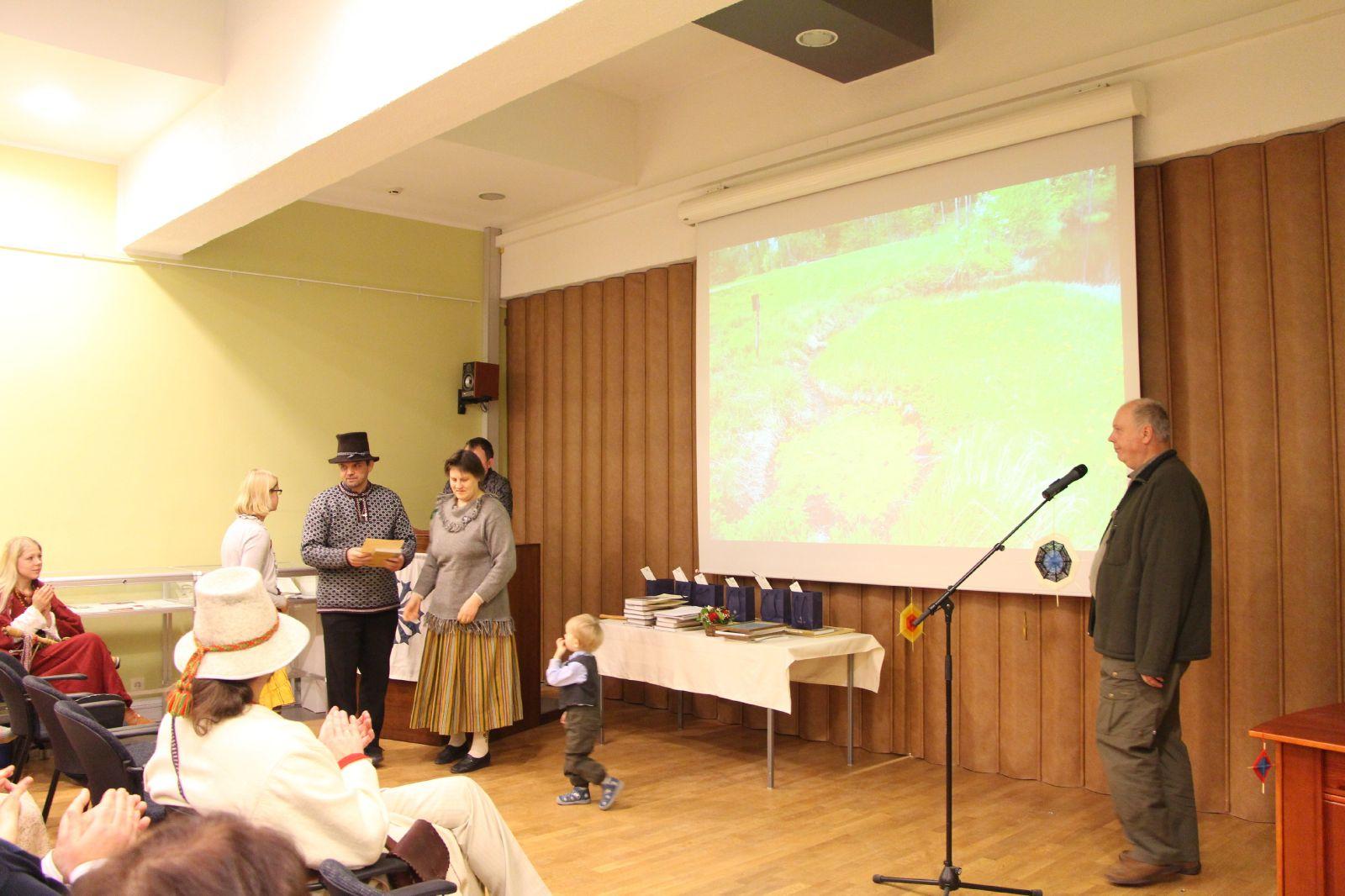 Ülle Kütsen võtab vastu Hiite kuvavõistluse Hiie valu eriauhinna.