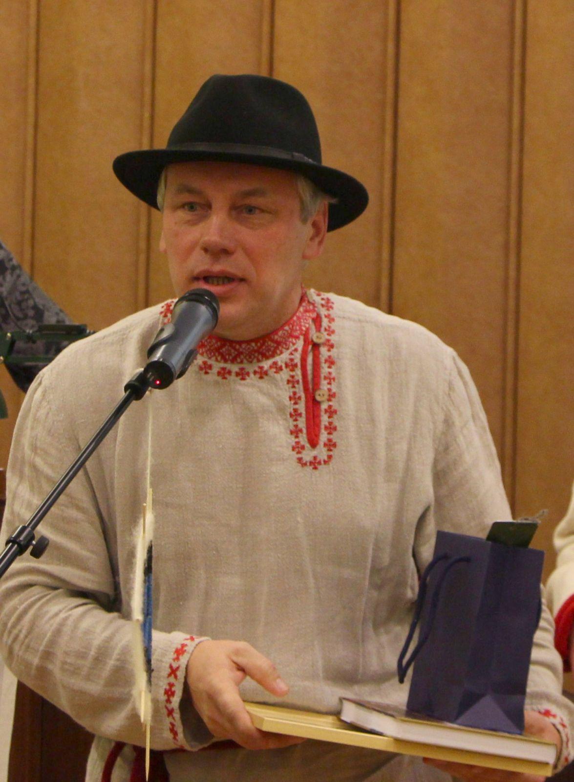 Setomaa ylemtsootska Arne Leima võtmas vastu Napi kylale antud tänukirja