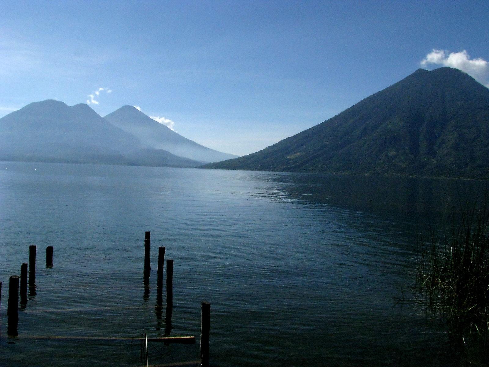 Atitlani järv kolme vulkaaniga