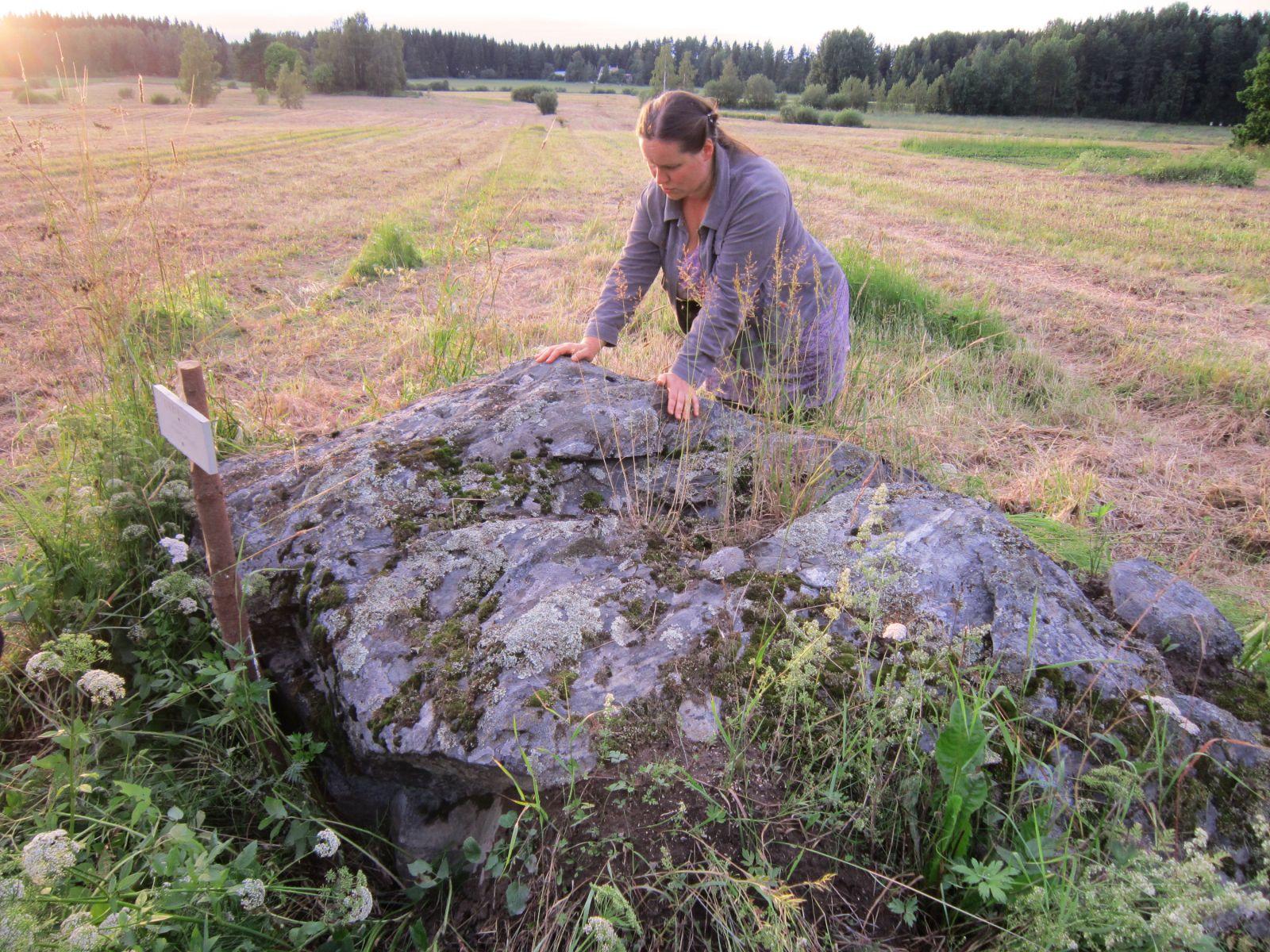 Nainen kuppikivellä / Woman by a sacrificial stone