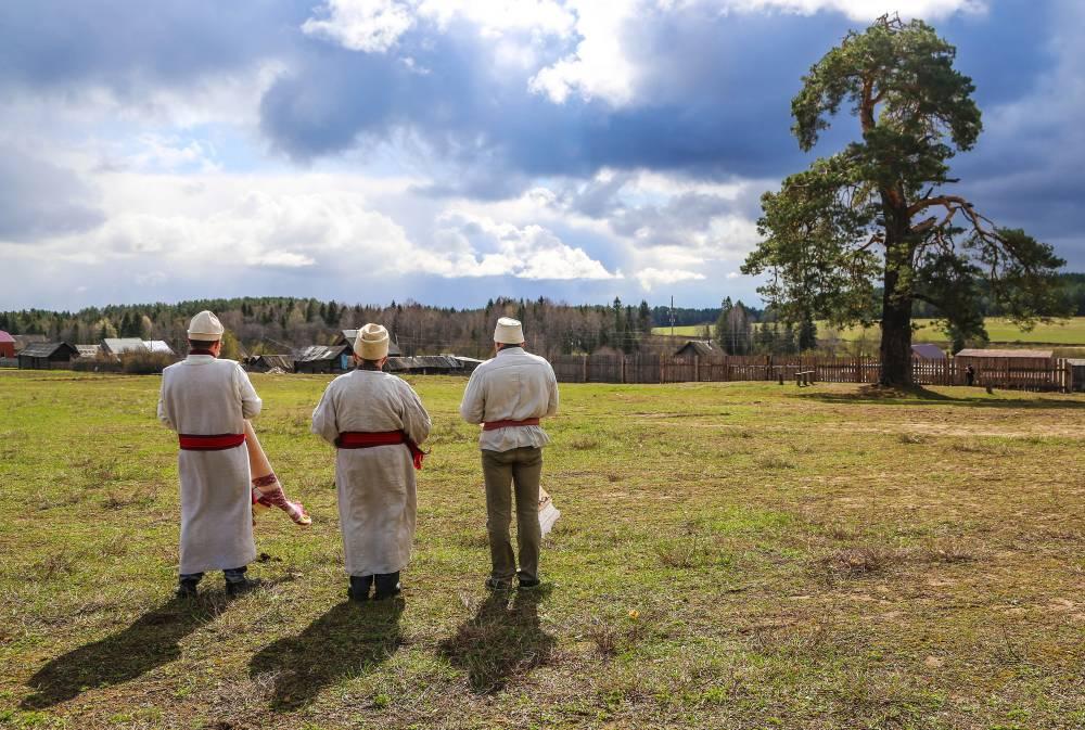 Удмуртские жрецы у священной сосны
