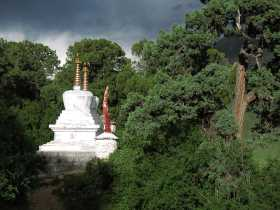 Reting Forest: Chorten on the circuit around the monastery.